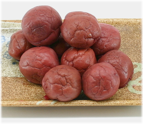 大粒の国産豊後梅、赤しその色素だけで赤くなっています。